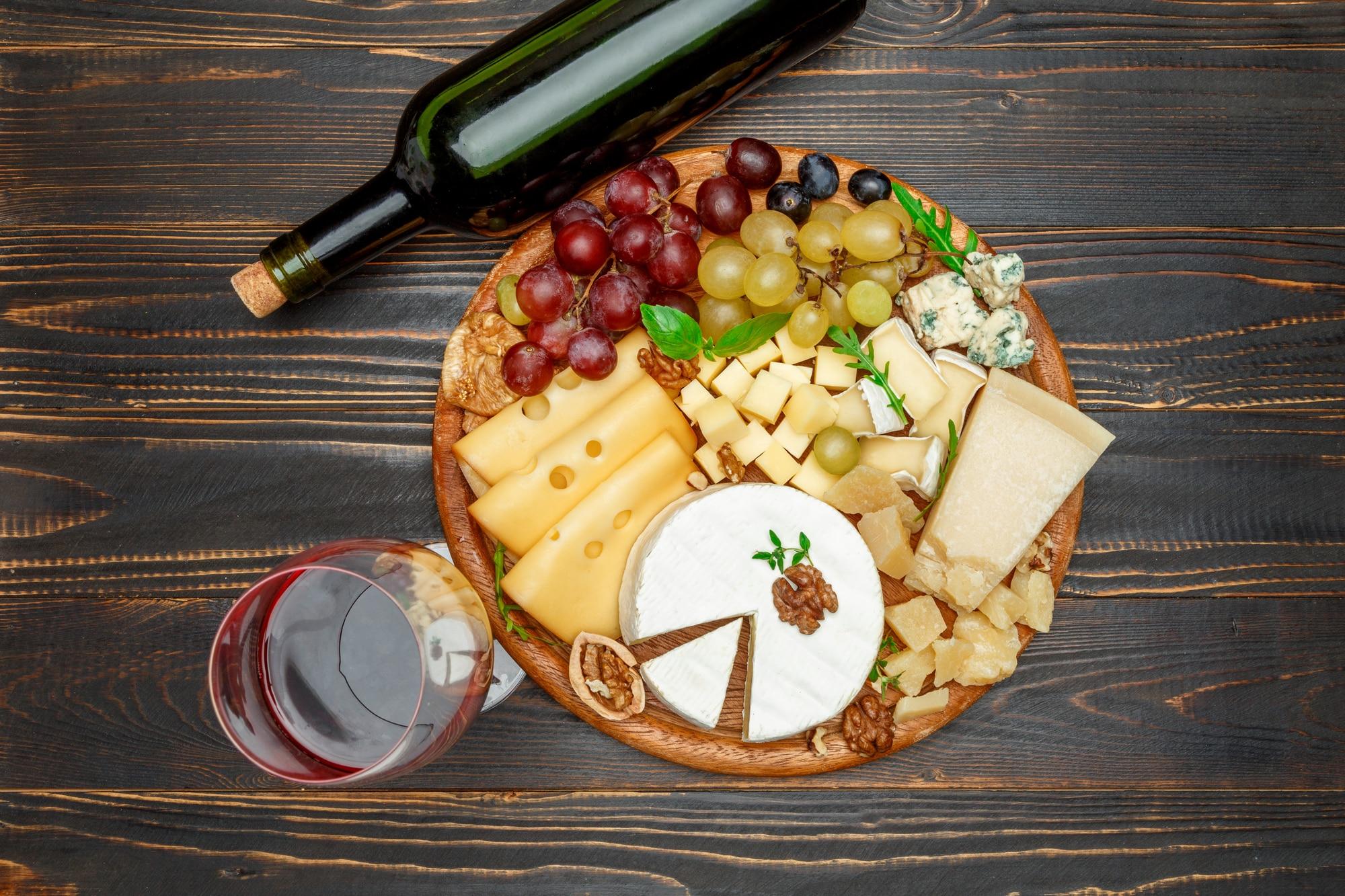 יין אדום ונישנושי גבינות